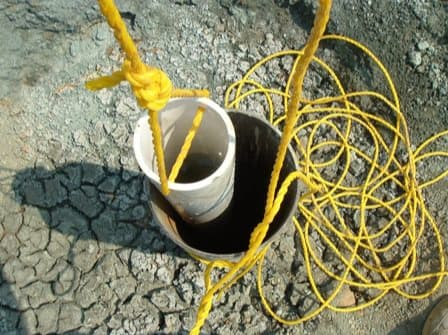DIY well bucket for drawing water from a deep well without electricity